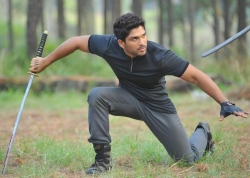 allu-arjun-in-iddarammayilatho-movie-action-stills_59685362