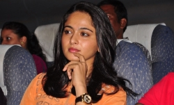 anushka-cute-pictures-at-singam-2-telugu-movie-trailer-launch-function_9a573485