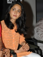 anushka-cute-pictures-at-singam-2-telugu-movie-trailer-launch-function_c5568a13