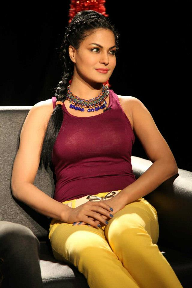 Veena Malik Sizzling pics In Purple