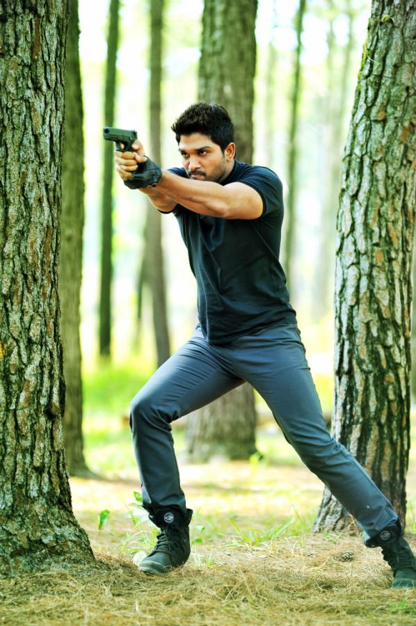 allu-arjun-in-iddarammayilatho-movie-action-stills_0e9e94bf