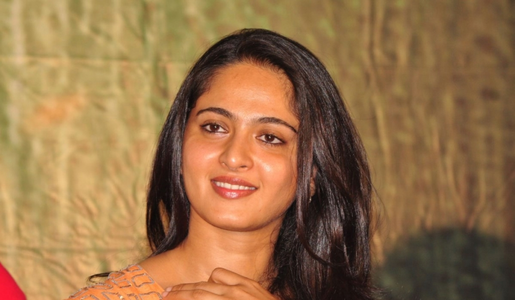 anushka-cute-pictures-at-singam-2-telugu-movie-trailer-launch-function_1fe3b126