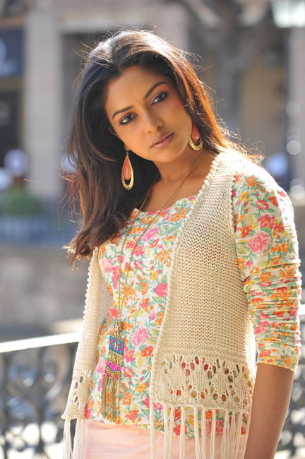 Sizzling Actres Amala Paul Latest Stills In Iddarammayalitho Movie